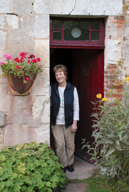 Christine Pedley devant l'atelier